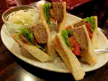 軽食メニューも充実。厚いハンバーグとトマト、レタスがサンドされたハンバーグサンドは、スパイスの効いた肉厚のハンバーグがおいしいと評判です。