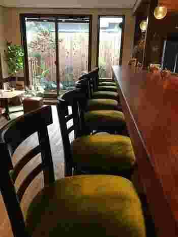 テーブル席とカウンター席が並ぶ店内。テーブル席でゆっくりとお茶を楽しむこともできますが、オーナーさんのトークの面白さに魅かれて、一度このカウンター席に座るとやみつきになる人が続出するようです。その時の気分に合わせて、どちらの席に座るか選んでみてもいいかもしれません。