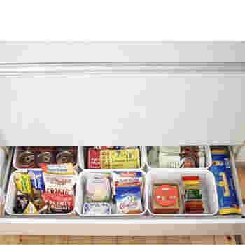 シンク下の引き出しを、セリアのプラボックスを使って食品を小分けしてストック。 深さがしっかりあるので立てて収納でき、賞味期限のチェックも簡単です♪