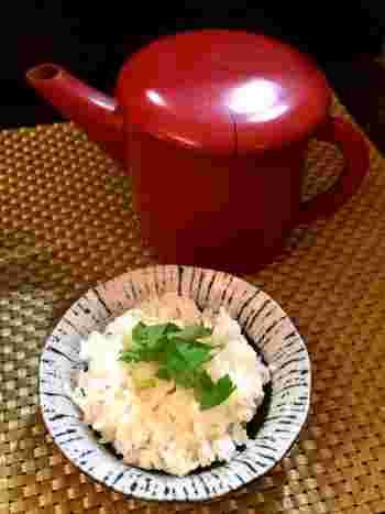 つけ麺のラストは小さな器で出してくれるご飯です。ご飯をスープに入れ、そこに出汁をかけていただくカレー茶漬け。これがまた美味しいんです!優しい味わいのカレーつけ麺。こちらもオススメです。