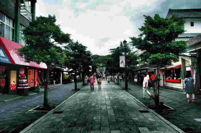 太宰府天満宮を訪れたら、絶対食べておきたいのが「梅ヶ枝餅」。太宰府の名物として有名で、梅ヶ枝餅を食べ歩きしながら参道を歩くのが太宰府天満宮の定番の楽しみでもあります。