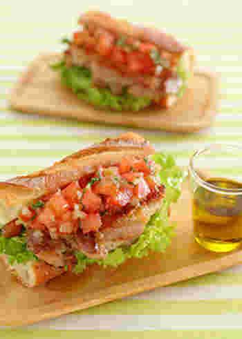 手ごろなサイズにカットしてトースターでカリカリに焼いたバゲットに、サルサソースと鶏肉のソテー、それに野菜をたっぷりはさんだサンド。お肉も野菜も摂れる大満足のレシピです。