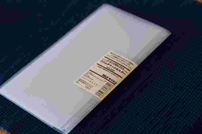 より荷物を軽くしたい人にはこちらの「三ツ折りが簡単に作れるスリムチケットホルダー」がおすすめ!ジャケットの胸ポケットに収まるスリムサイズで、切符やチケットなどをまとめて管理できます。差し込んで折りたたむだけで簡単にA4用紙を三ツ折りにできる機能も!