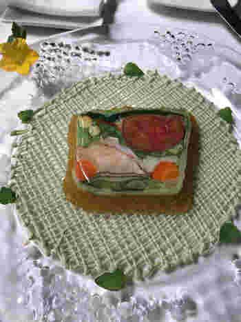 ランチは、4種類からセレクトできるコース。中でも「高原野菜とオマール海老のテリーヌ」はこちらのレストランを代表するひと皿です。食材後とに加熱方法や冷まし方にこだわり丁寧に作られた、最高のオードブルとして高く評価されています。
