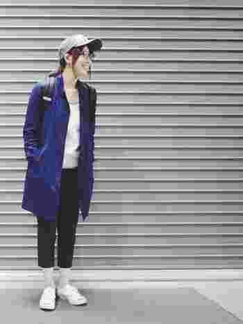 「GLOBAL WORK」のコートが、モノトーンコーデの差し色に大活躍。 キャップとコートの相性も良くて、アクティブなイメージにブルーのコートがピッタリ!