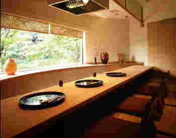 洋風な外観とは裏腹に、和室も完備。畳のお部屋からは目の前に庭の美しい木々が広がります。
