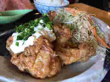 ランチは「鶏肉の唐揚げ定食」や「チキンカツ定食」などがあり、サラダとドリンクが付いてきます。こちらは「チキン南蛮定食」。毎日継ぎ足しして作られているタレを絡めているそう。カラッと揚がった鶏肉はジューシーで、タレが絶妙にマッチ!ボリューム満点で男女問わず大人気です。