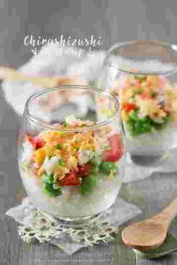 おしゃれなグラスに盛り付けるだけでも、カップ寿司はより素敵にグレードアップします。まるでお花畑のような美しいちらしカップ寿司でテーブルを飾ってみてはいかが?
