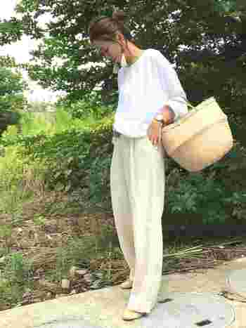 柔らか素材の白シャツは、明るいクリーム色のリネンパンツと合わせてリックスムードで着こなして。カゴバッグも夏らしいアクセントになっています。