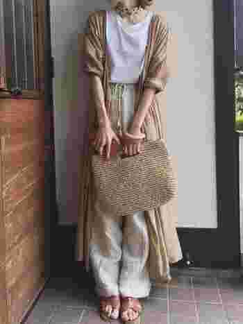 カシュクールワンピースをさらりと羽織り、大人っぽく。風をはらむ軽やかなコットン素材は、季節の変わり目のアウターにぴったり。
