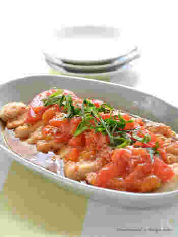 鶏むね肉×トマト。レンジのみで調理OKなお手軽レシピです。鶏肉に揉み込んだ調味料とトマトの水分で、さっぱり美味しい鶏料理に。シンプルで手軽なので、ぜひ一度試してみて。