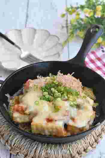 キムチとチーズの鉄板のコンビを、程よく焼いた厚揚げにかけていただきます。スキレットで作れば、そのまま食卓にも出せて、テーブルも映えますね♪