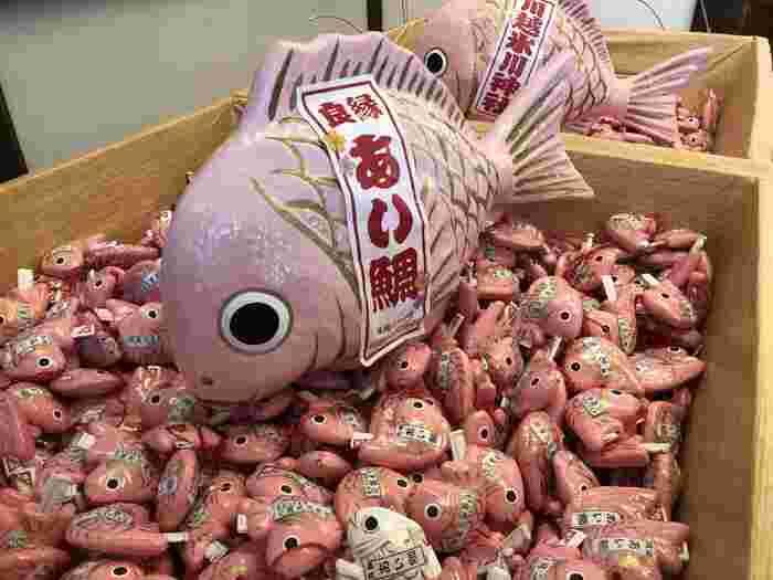 釣り竿で釣って引く鯛のおみくじが大人気。良縁祈願の恋みくじ「あい鯛みくじ」は、ピンクの鯉の形をしています。良縁の人の特徴などが書かれているので、これから素敵な人に出会いたいという方におすすめです。