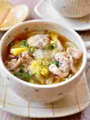 シンプルな味付けなのに、絶品のスープレシピ。豚こま肉を加えているため、食卓にボリュームが足りないと感じたときの汁物としてもおすすめです。 ごま油で、白菜・豚こま肉をしっかりと炒めるのが美味しく仕上げる秘訣。冷蔵庫で2~3日日持ちするため、多めに作って翌日の朝食用に利用するのも◎
