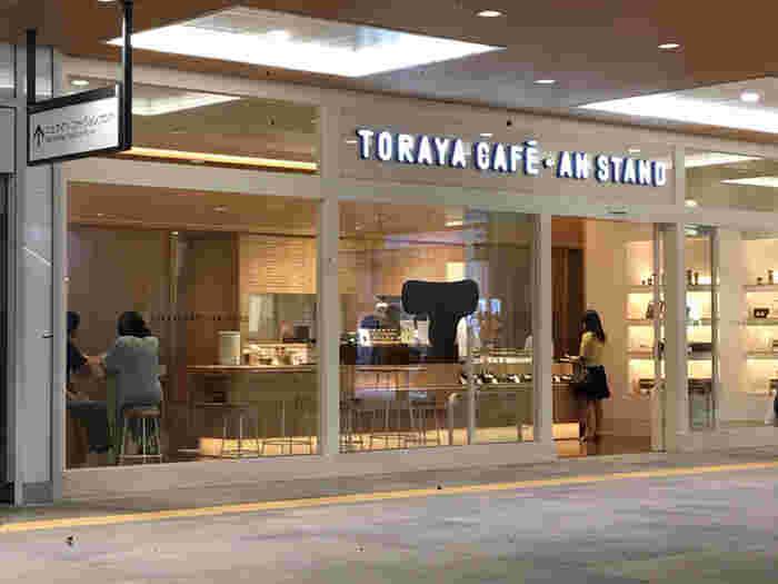 2016年新宿駅南口にオープンした、老舗和菓子屋「とらや」が運営するカフェ。バスタ新宿直結の商業施設「NEWoMan」内にあり、バスの出発までゆっくり過ごす場所としても。