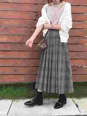 すっきりとしたフォルムのビットローファーには薄手の靴下がよく合います。チェックのプリーツスカートというトラッド感の強いアイテムにビットローファーを合わせるとほどよい抜け感をプラスできますね。