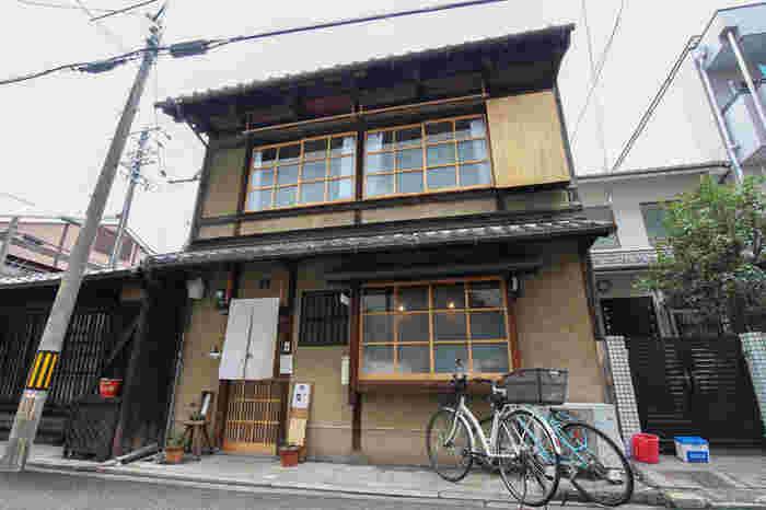 「ことばのはおと」は、古民家風の人気ブックカフェです。地下鉄烏丸線「鞍馬口」駅からは歩いて12分くらいのところにあります。京都駅からバスに乗って行く方法もありますよ。