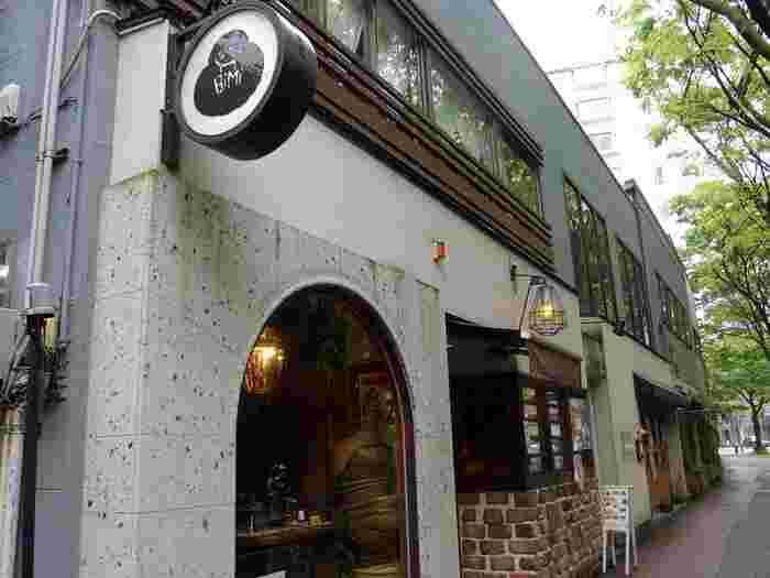 「珈琲美美」は地下鉄七隈線の「桜坂駅」から歩いて10分ほどの所にあります。道路沿いにありますが、お店は緑が多く落ち着いた雰囲気の中にあります。