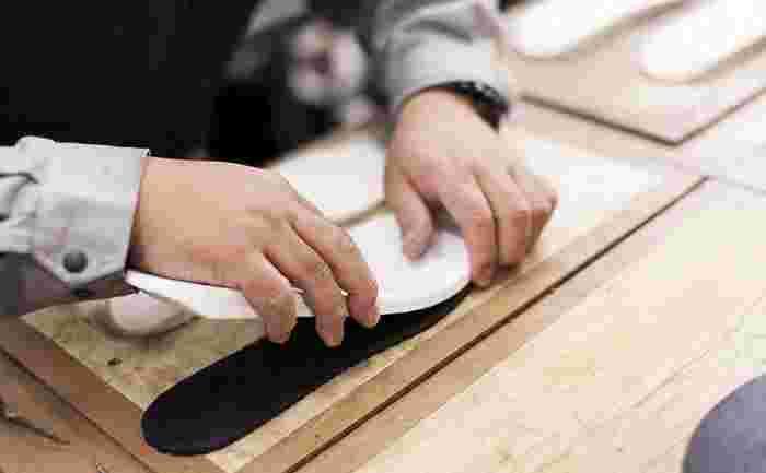 スニーカー作りは多くの工程があります。その一つ一つに人の手が関わることで、日本人の足にしっくりと馴染む理想的なスニーカー作りを実現しています。