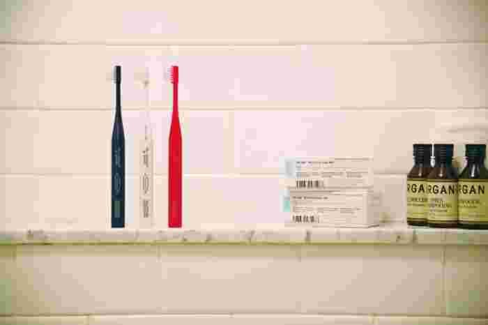 立つ歯ブラシ「THE TOOTHBRUSH by MISOKA」は、販売累計400万本以上の販売実績を持つ人気歯ブラシ「MISOKA」と、 THEのコラボレーションによって生まれました。独自技術のナノミネラルコーティング技術ナノシオンドリームによって作られた歯ブラシは、ガラスの表面のように滑らかで艶やかな歯に仕上がり、表面に親水性を持たせて汚れをつきにくくさせます。