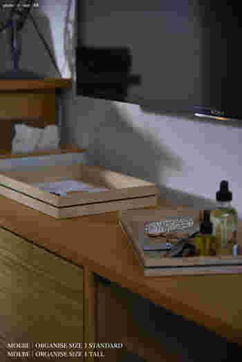 こちらはシンプルなTVボードの上の収納術。TVボードと同じようなシンプルなトレイをセットして、毎日使うアイテムやこまごまとした小物を見やすく収納。