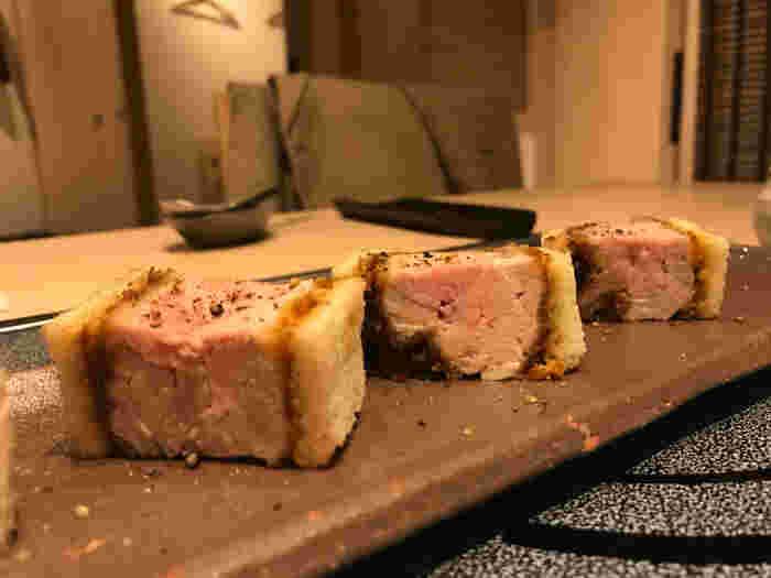 宮崎県産の銘柄豚肉「あじ豚」のカツサンドもひそかな人気メニュー。極厚なのに柔らかくジューシー。おでん屋さんでいただける意外なお肉料理も楽しんでみては?