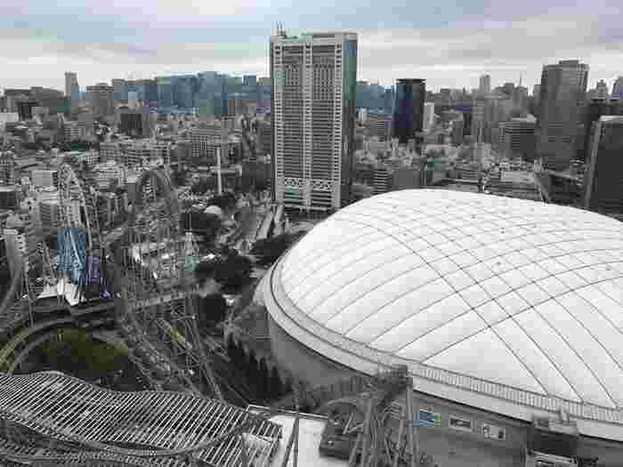 春日駅の文京シビックセンター連絡口からは直結、水道橋駅からも徒歩約10分ほどのところにある「文京シビックセンター」。こちらの25階に、「ホテル 椿山荘」が運営するレストランがります。窓際からは、ドームを見下ろす眺望が!