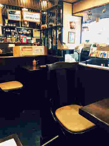 コーヒー豆がずらりと並び、眺めているだけで楽しめそうな雰囲気の暖かみのある店内です。