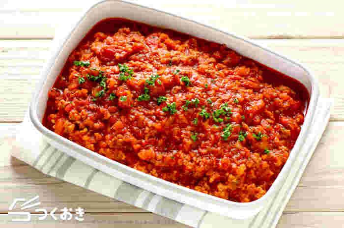 おうちで作る基本のミートソースのレシピ。作り置きすることで、野菜の旨味がよく馴染み、作りたてよりもより一層美味しく頂けます。茹でたパスタにかけたり、オムライスの上にソースとしてかけたり…。ランチにあると便利です!