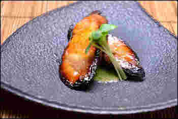 蒸したあん肝を白味噌などを使った味噌床に漬け、魚焼きグリルでこんがり焼きます。まったりとお口の中でとろける極上のおいしさです。おもてなし膳にもぜひ。