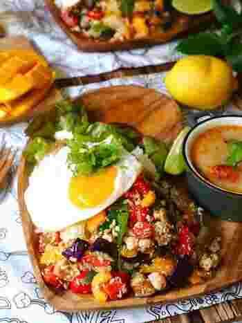 夏に食べたいスパイシーな料理と言えば「タイ料理」は外せませんね。ピリッとあと引く美味しさで女子にも人気です。  「ガパオライス」は中でも簡単に作れるレシピ。ガパオと言われるタイのスパイスと鶏や牛などのお肉と野菜をパパっと炒めたお料理。このレシピは夏野菜がたっぷりで栄養も満点ですよ。目玉焼きをトッピングすれば見た目も華やかです。