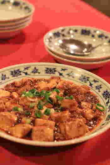 「重慶飯店別館」で、やや辛めの四川料理の昼食を頂きます。 麻婆豆腐・金華ハム入りチャーハン・コーンスープ・杏仁豆腐は、60分食べ放題です。バンバンジー・イカのカキオイル炒め・春巻は、食べきりメニューとなっています。