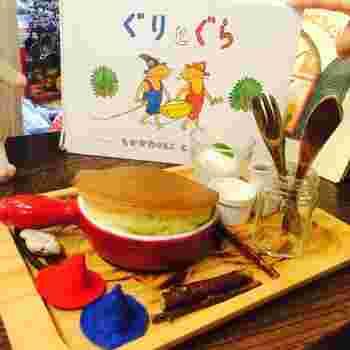 そして何より嬉しいのは、誰もが子どもの頃に絵本を読んで憧れた、『ぐりとぐらのパンケーキ』が実際に食べられること!添えられた二人の青赤の帽子がカワイイですね。
