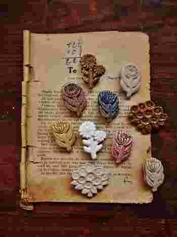 こちらはお花ブローチ。マットなものや、ぽってりした釉薬のもの、艶のあるもの・・・陶ブローチならではの肌質が興味深いです。