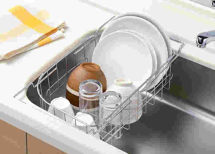 なんと、3通りもの使い方ができる便利な水切りかご。シンクのふちに引掛けて省スペースの水切りかごとして使うことも。