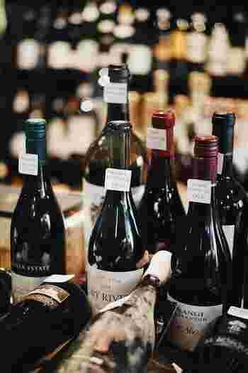 チーズ同様フランス人に欠かせないのがワインです。日本で買う半分以下の値段で美味しいワインがいくらでも手に入ります。  ワイン専門店で出来が良いおすすめの年を相談したり、自分の生まれ年を選んでみたり、自分のために記念に1本選んでみましょう!