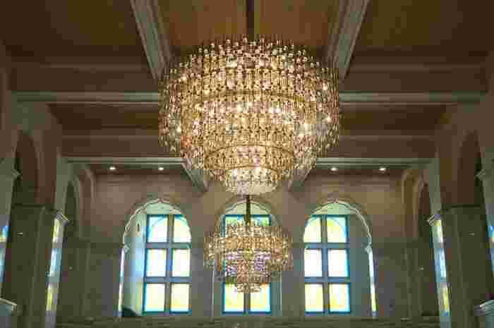 中央ホールで出迎えてくれる、絢爛豪華に輝くシャンデリアも美術品を圧倒する美しさです。