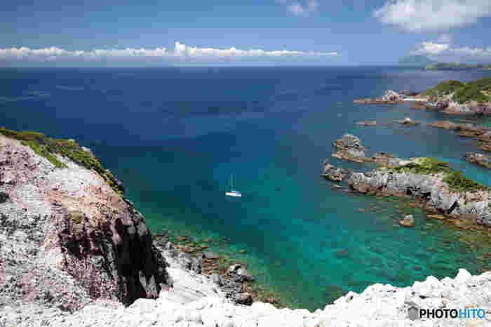 式根島で開放感溢れる絶景を見るならここ!「神引展望台」です。美しい海だけでなく、空気が澄んでいる時なら、他の伊豆諸島が見られることもあります。 なにもないという贅沢を味わうことができるのが、島の魅力の一つ。こんな絶景を見つつのんびりと過ごして、日々の疲れを吹き飛ばしましょう。