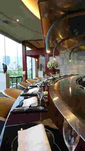 """移築・設置された金沢の元商家、アールデコのランプをはじめヨーロッパの美術品の数々が織りなす〈東洋と西洋の融合空間〉で、お店の代名詞である『うかい特選牛のステーキ』『鉄板魚介料理』などのメニューが""""お箸で""""頂けます。"""