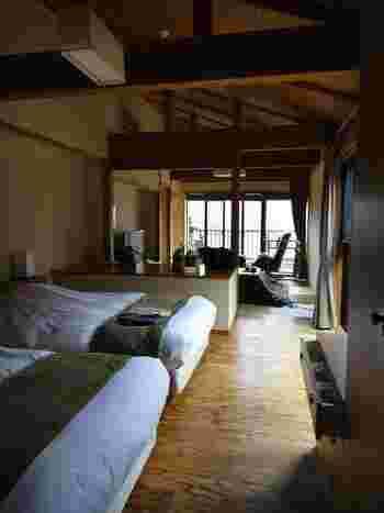 「きらの里」の中でも広いお部屋でくつろげる「別邸 山の音」。和風モダンな雰囲気が素敵ですね。テラスからは里山の自然を間近に体感できます。