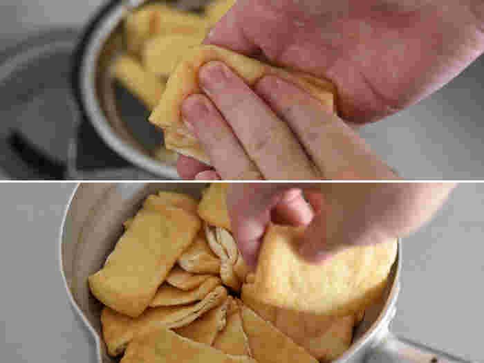 熱が取れたら崩れないように両手で挟んで水気をしっかり絞ります。鍋に広げるときは、なるべく高さが均一になるようにずらしながら並べて。こうすることで、少ない煮汁でも偏りなく味が染みてくれるそうです。