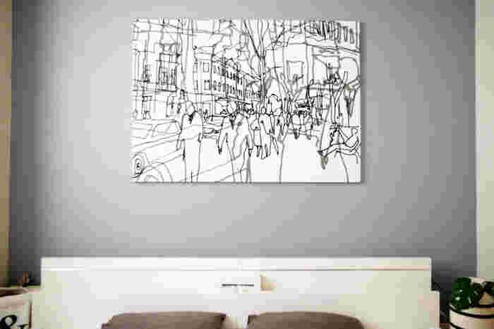 シックなグレーの壁に、アクセントとして素敵なDIYパネルが加わりました♪万が一落下しても、軽量なのでケガをする心配はありません。ベッドの真上に何かを飾りたい時におすすめの方法ですよ!