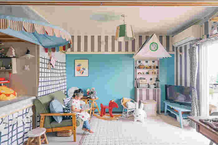 水色の壁が爽やか!実はこれマスキングテープなんです。文房具の域にとどまらずインテリア用のマステも登場し、壁や家具などに貼って楽しめます。澄み渡った空のような綺麗な壁ですね。