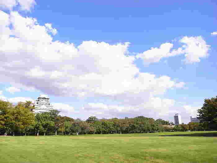 西の丸庭園は、大阪のシンボルでもある大阪城天守閣の西に位置している、広さ約6.5ヘクタールの敷地を誇る庭園です。芝に覆われた広々とした西の丸庭園は、開放感に溢れており、観光客だけでなく市民の憩いの場にもなっています。