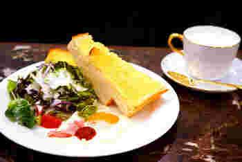 こちらの名物はモーニングセット。ドリンクの付いたロールパンセット、トーストセット、ぞうすいセットが6:00〜11:30の間楽しめます。モーニング目当てのお客さんも多い新宿で人気の喫茶店です。