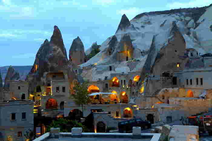 名前も景色も一風変わっている「カッパドキア」。キノコのような形をした奇岩群があり、見るものを圧倒させる景観が楽しめます。昔、キリスト教徒が岩を掘り、洞窟に教会や修道院を多く作ったとされるのが中心地の「ギョレメ」。今は改装されてレストランやホテルになっている所が沢山あります。