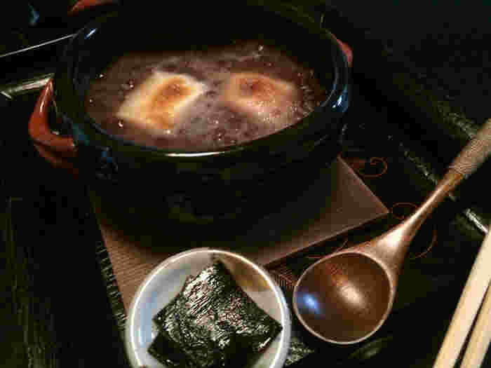 「叶匠壽庵」には、茶室の他に甘味処もあり、ぜんざいやパフェ等の甘味も頂けます。 店で頂くのなら、秋冬に嬉しい土鍋仕立ての「ぜんざい」。粒の揃った大納言小豆を用いた「ぜんざい」は、小豆がふっくらと炊き上げられ、風味抜群。美味しいと評判の逸品です。