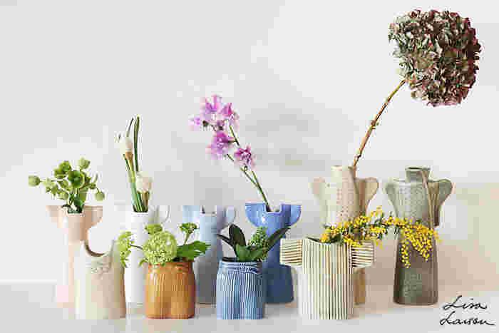 北欧を代表するデザイナーのリサ・ラーソン。彼女のプロデュースする花瓶が「ワードローブシリーズ」です。後列左から「ドレス」「コート」、前列左から「ベスト」「スカート」「セーター」と様々なデザイン&カラーの作品が生み出されています。