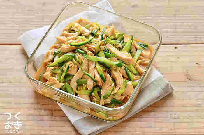 きゅうりの定番おかず「蒸し鶏きゅうり」。パサつきやすいむね肉も、このレシピならしっとり。下ごしらえをしたむね肉を沸騰したお湯に入れて、火をとめてそのまま放置します。ゆっくり火が通るので柔らか。たっぷりのきゅうりと和えれば、いくらでも食べられそうですね。