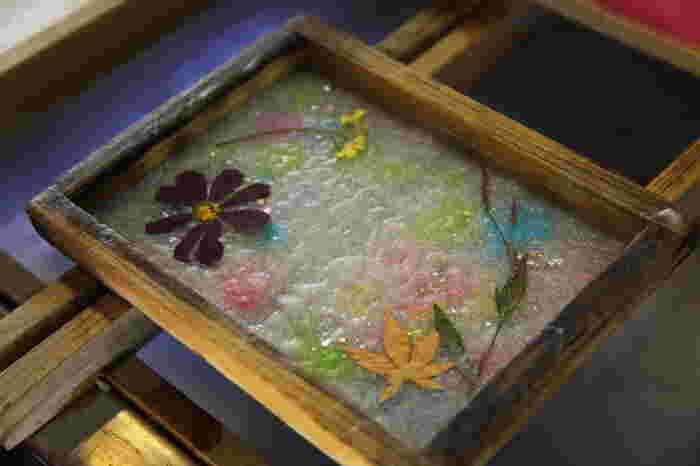 越前和紙の紙すき体験は、押し花や様々な染料を使えるのも楽しいポイント。和紙のサイズは6種類の中から選べます。そのほかにもミニうちわやランプシェードなどのメニューもあるので、どれにしようか迷ってしまいそうですね。